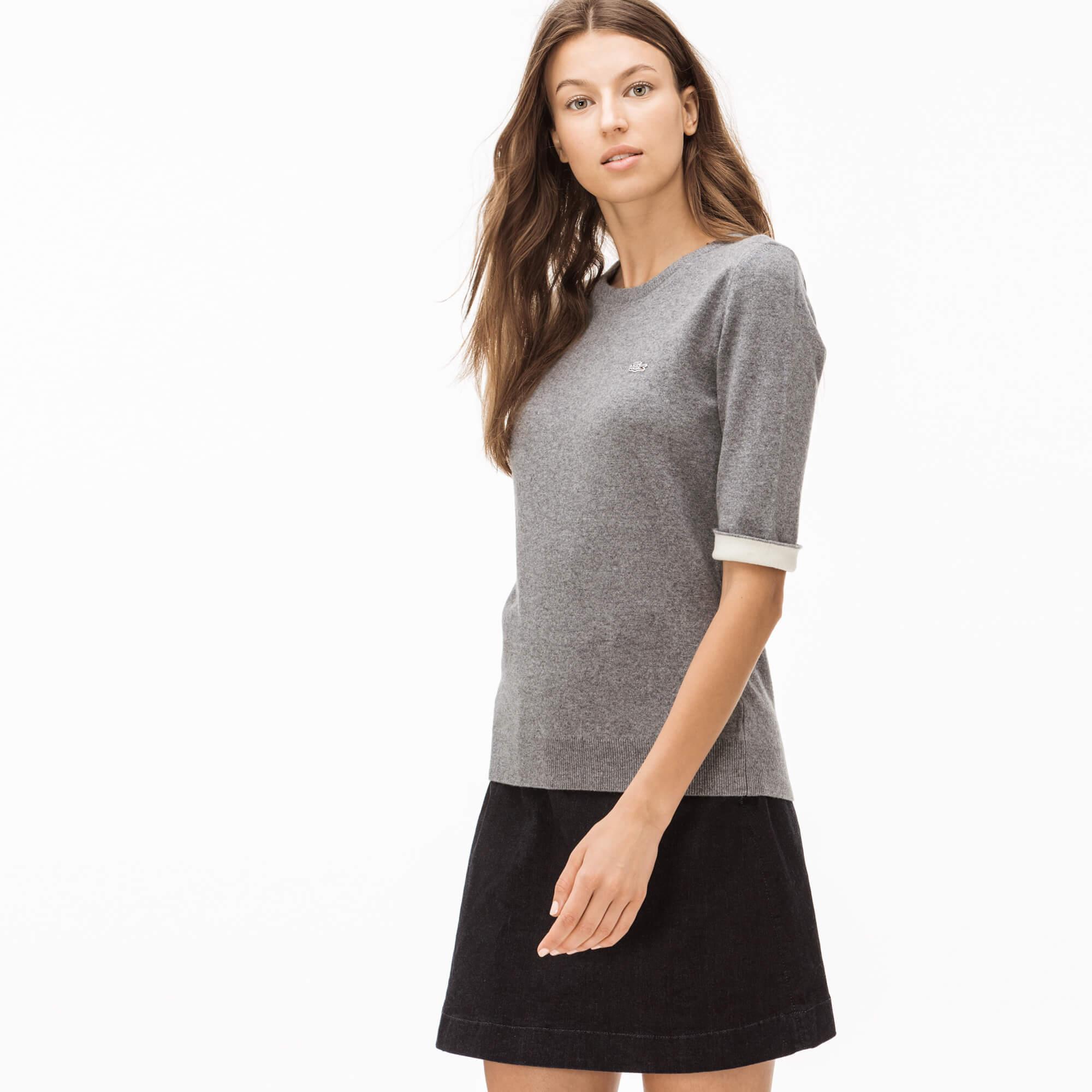 Фото 2 - Женский свитер Lacoste серого цвета