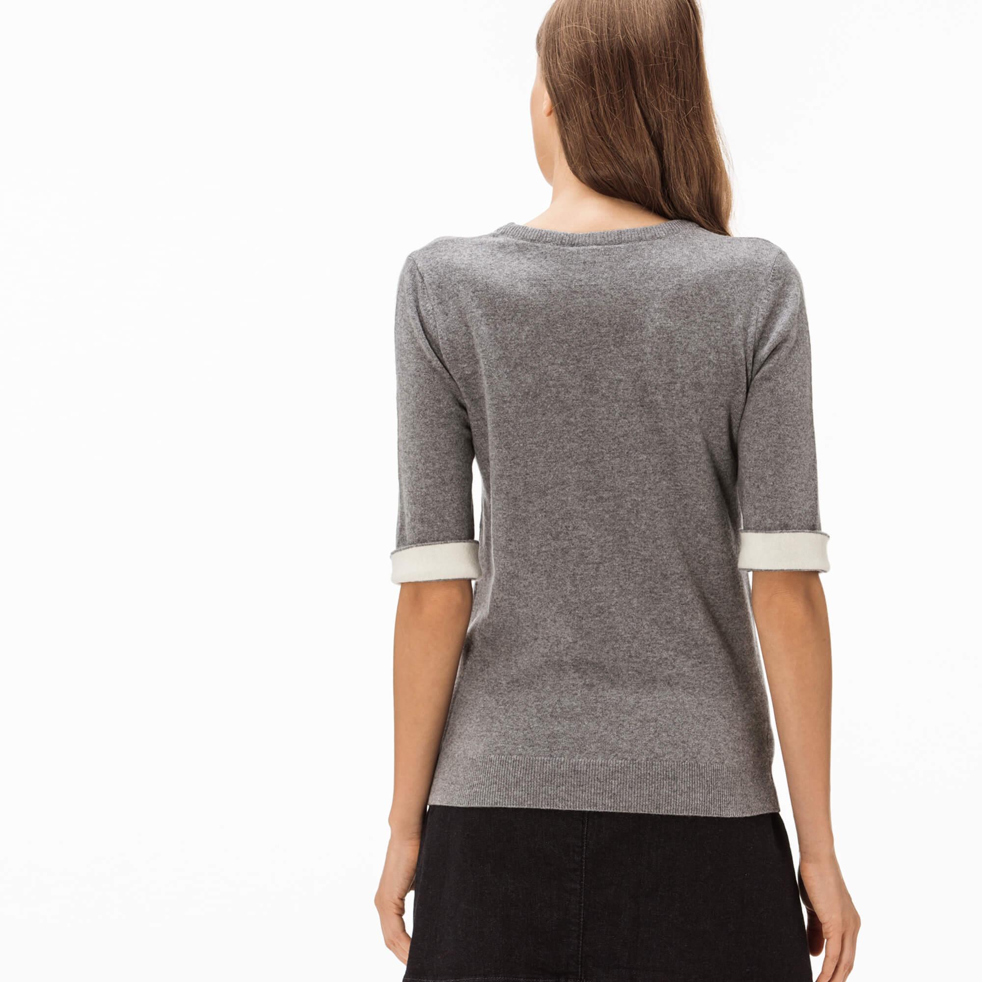Фото 4 - Женский свитер Lacoste серого цвета