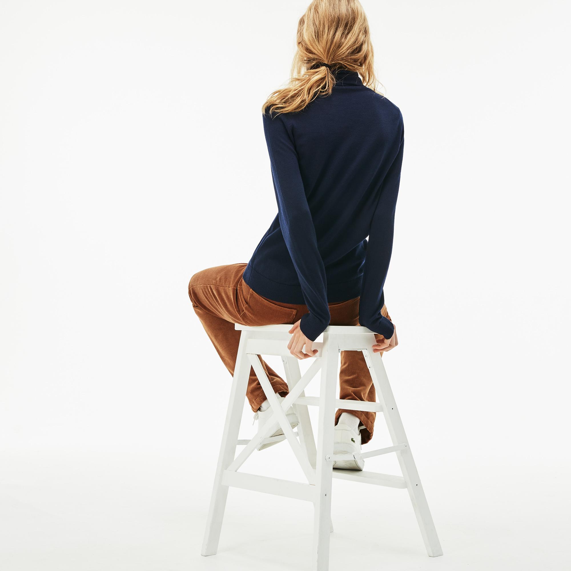 Фото 4 - Женский свитер Lacoste темно-синего цвета