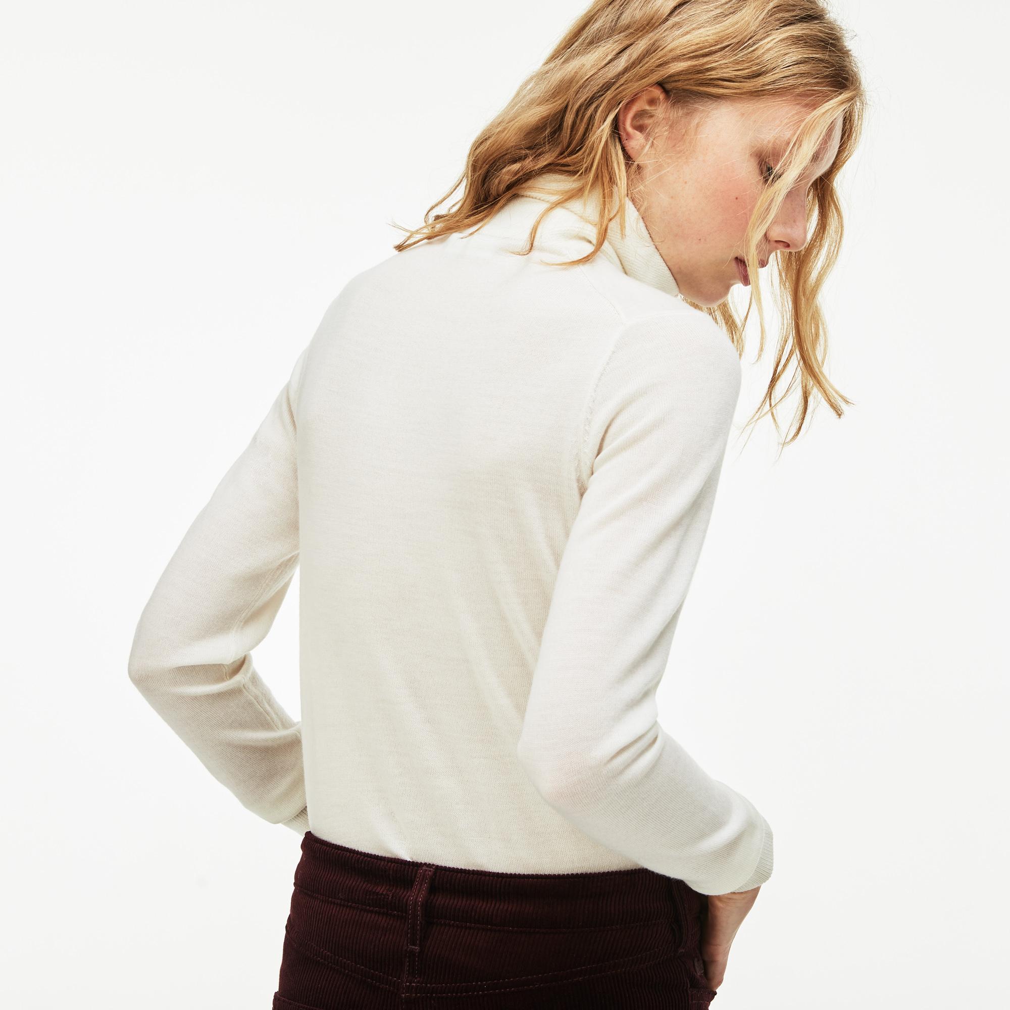 Фото 2 - Женский свитер Lacoste белого цвета