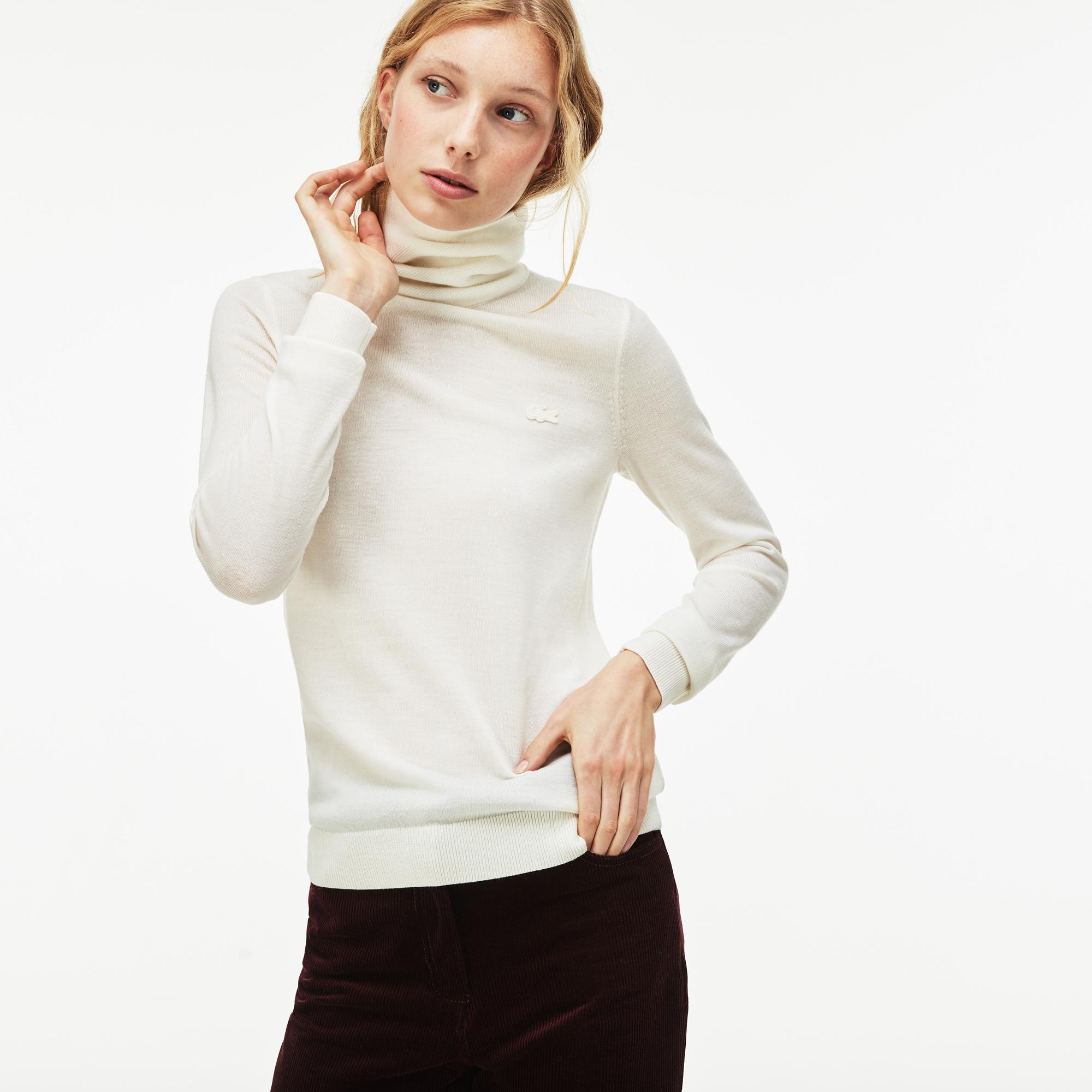 Фото 4 - Женский свитер Lacoste белого цвета