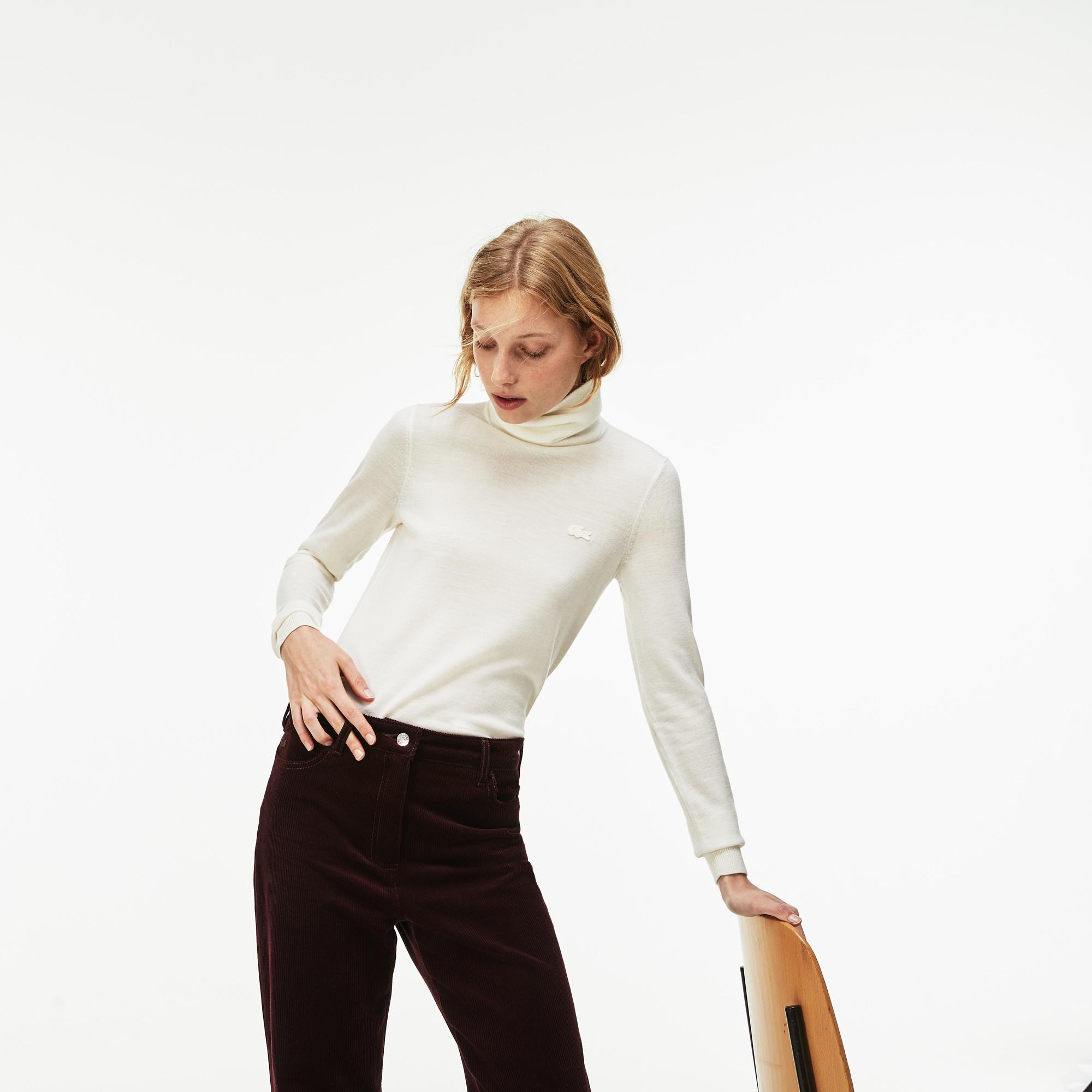 Фото 5 - Женский свитер Lacoste белого цвета