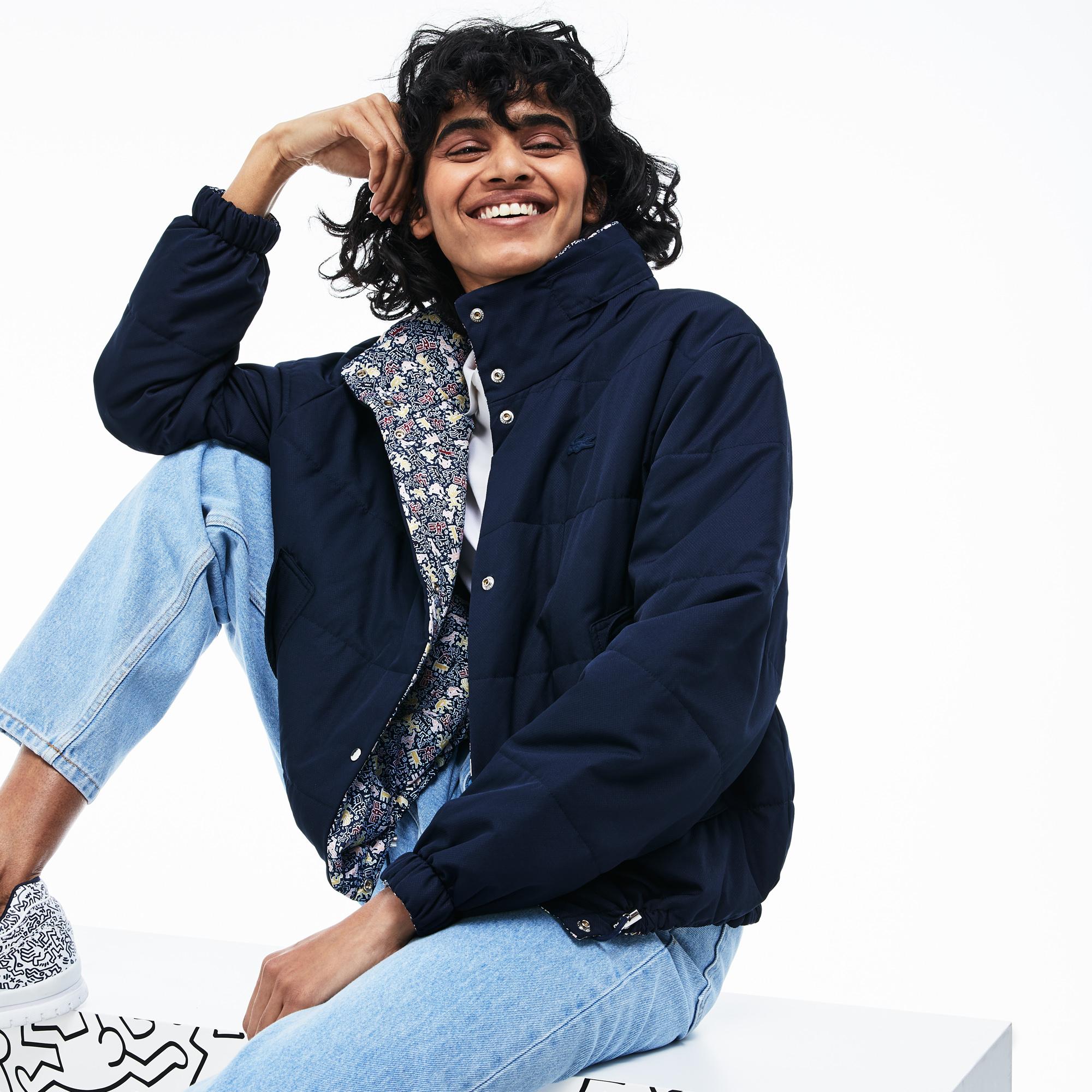 Куртка LacosteВерхняя одежда<br>Collab Keith Haring\Детали: двусторонняя;\Воротник-стойка с потайным капюшоном;\Карманы с клапанами;\Силиконовый логотип Lacoste\Материал: 100% полиэстер