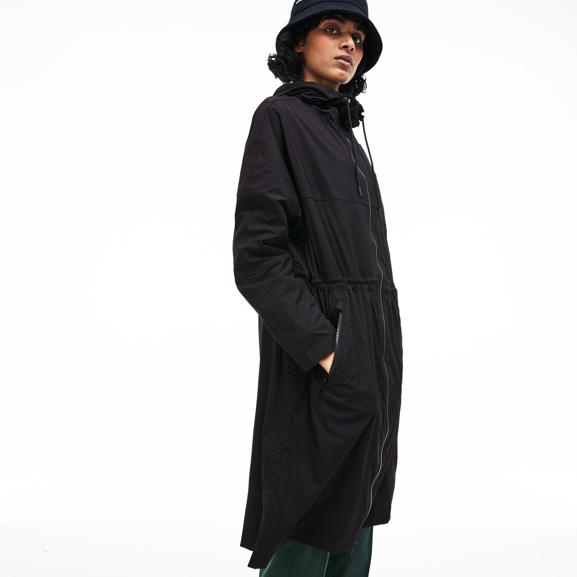 Куртка LacosteВерхняя одежда<br>Детали: выполнена из водонепронецаемой ткани ripstop;\капюшон с шнурком;\На молнии;\Потайная резинка для регулировки талии;\Прорезные карманы на молнии;\Силиконовый логотип Lacoste в тон изделия\Материал: 92% полиамид 8% эластан