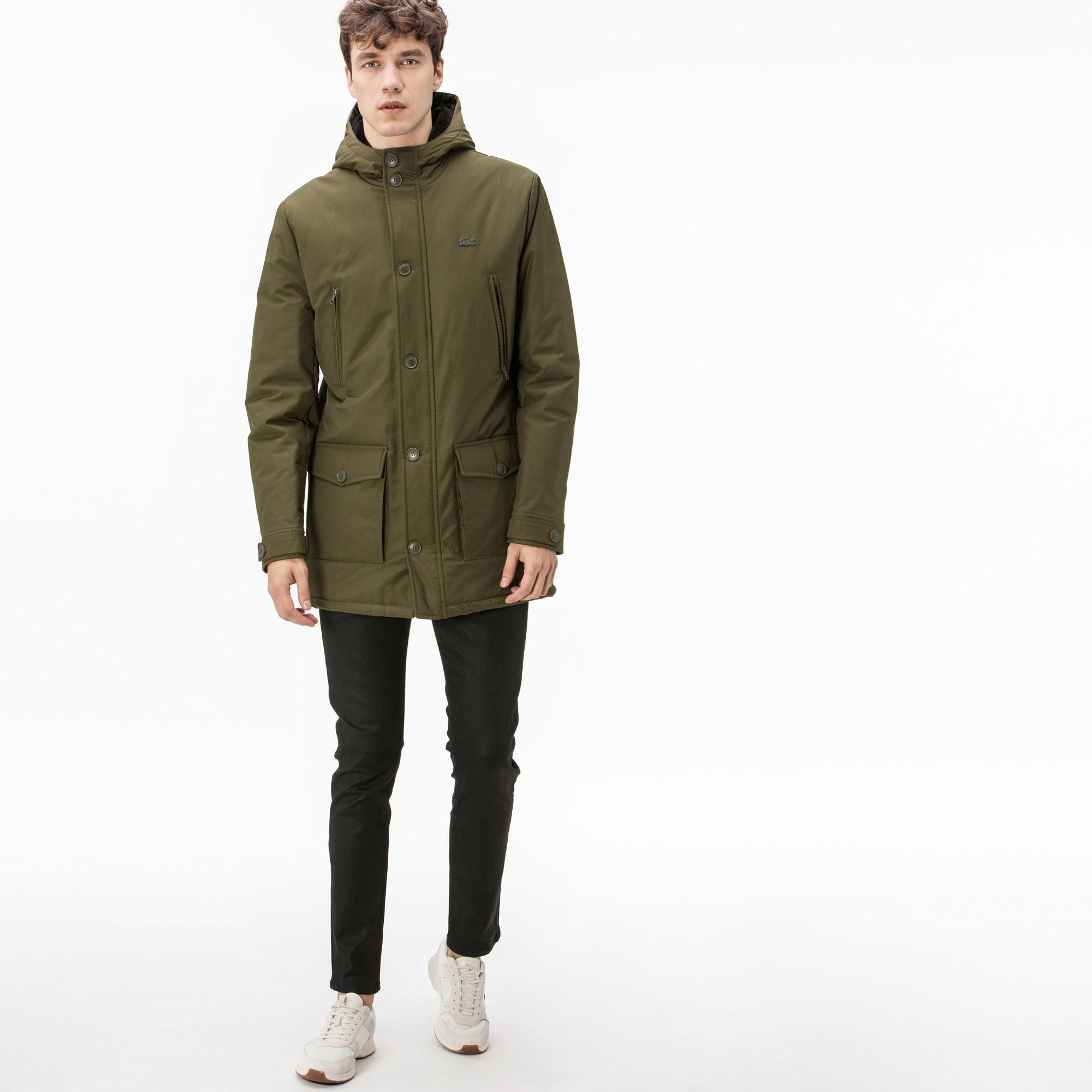 Куртка LacosteВерхняя одежда<br>Детали: с капюшоном;\Застёжка на молнии и пуговицах;\Два верхних кармана на молнии;\Нижние карманы на пуговицах;\Силиконовый логотип Lacoste в тон изделия\Материал: 63% хлопок 37% полиамид 100% полиэстер