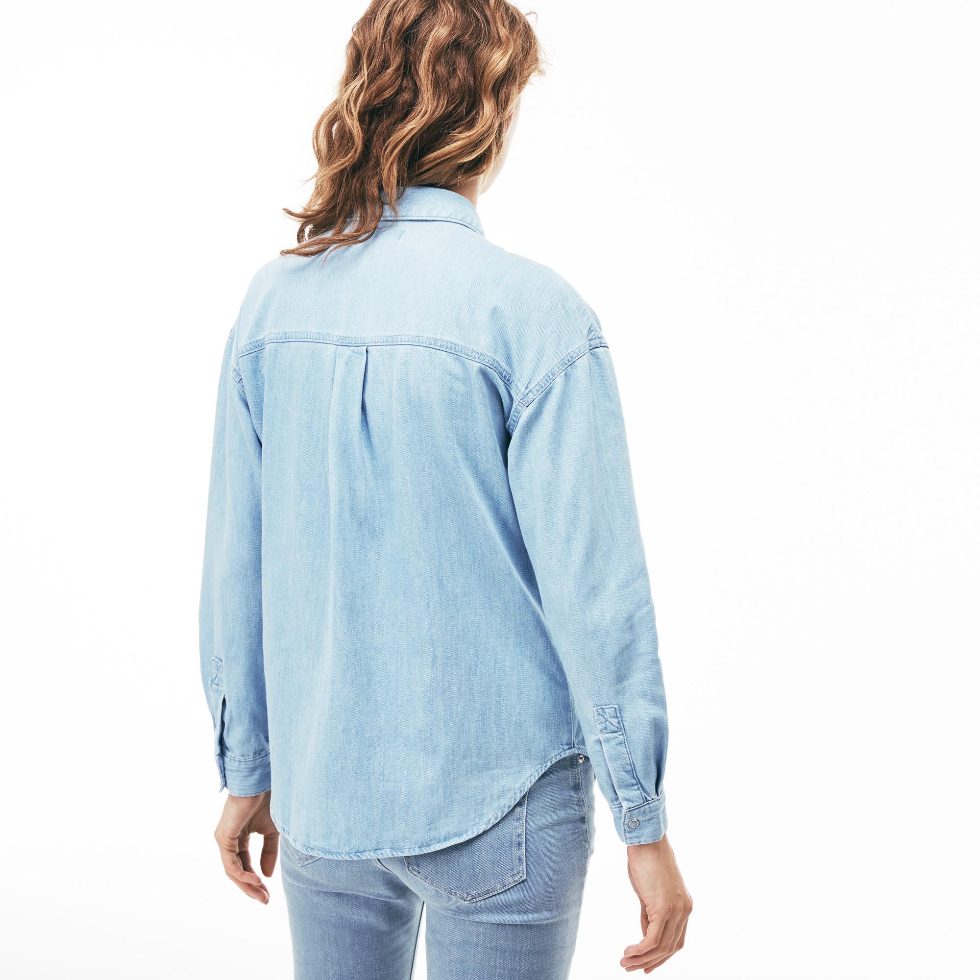 Фото 2 - Женскую рубашку Lacoste голубого цвета