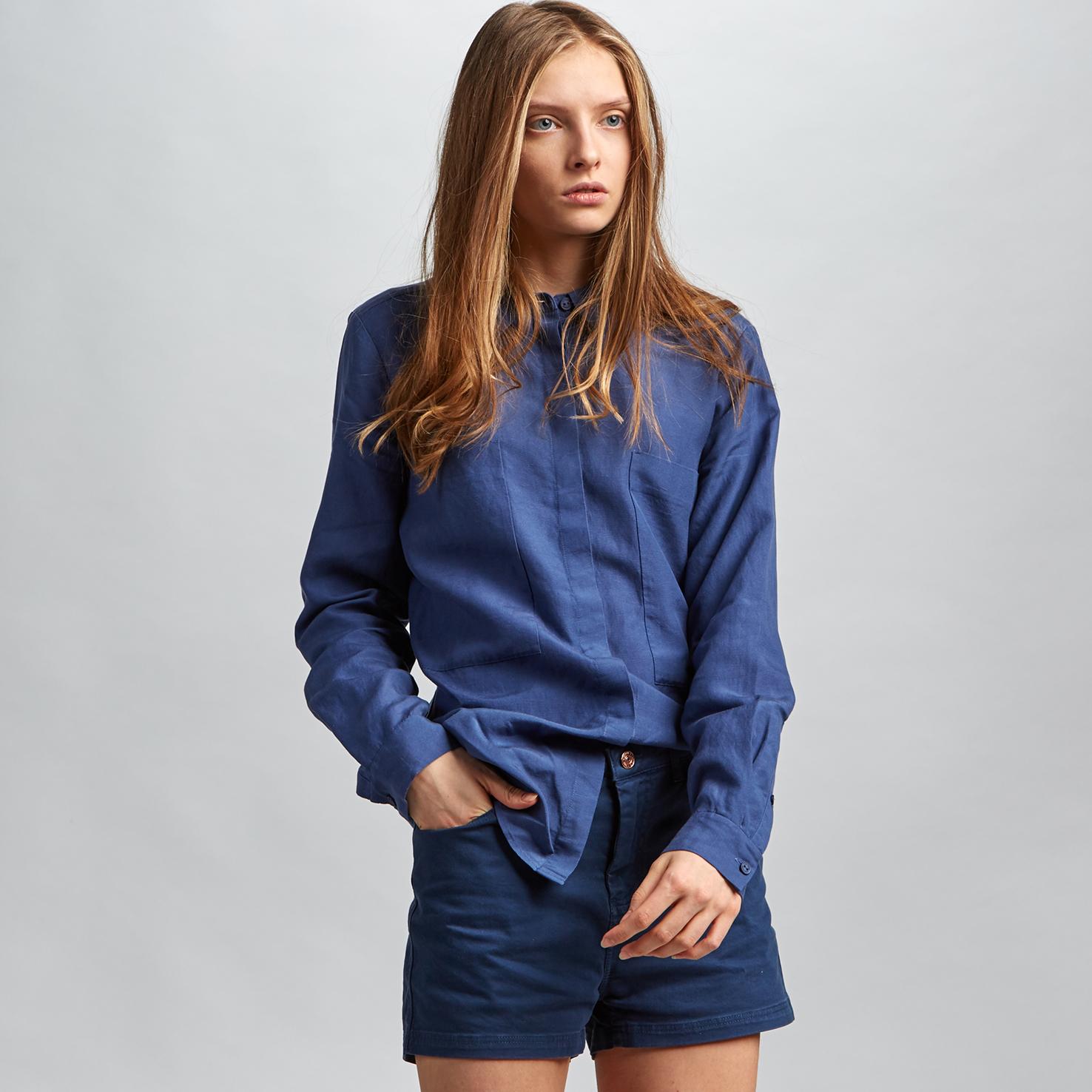 Рубашка Lacoste Regular fitБлузы и рубашки<br>Детали: женская рубашка со стильными большими карманами  \ Материал: 72% лиоцелл 28% лен \ Страна производства: Китай