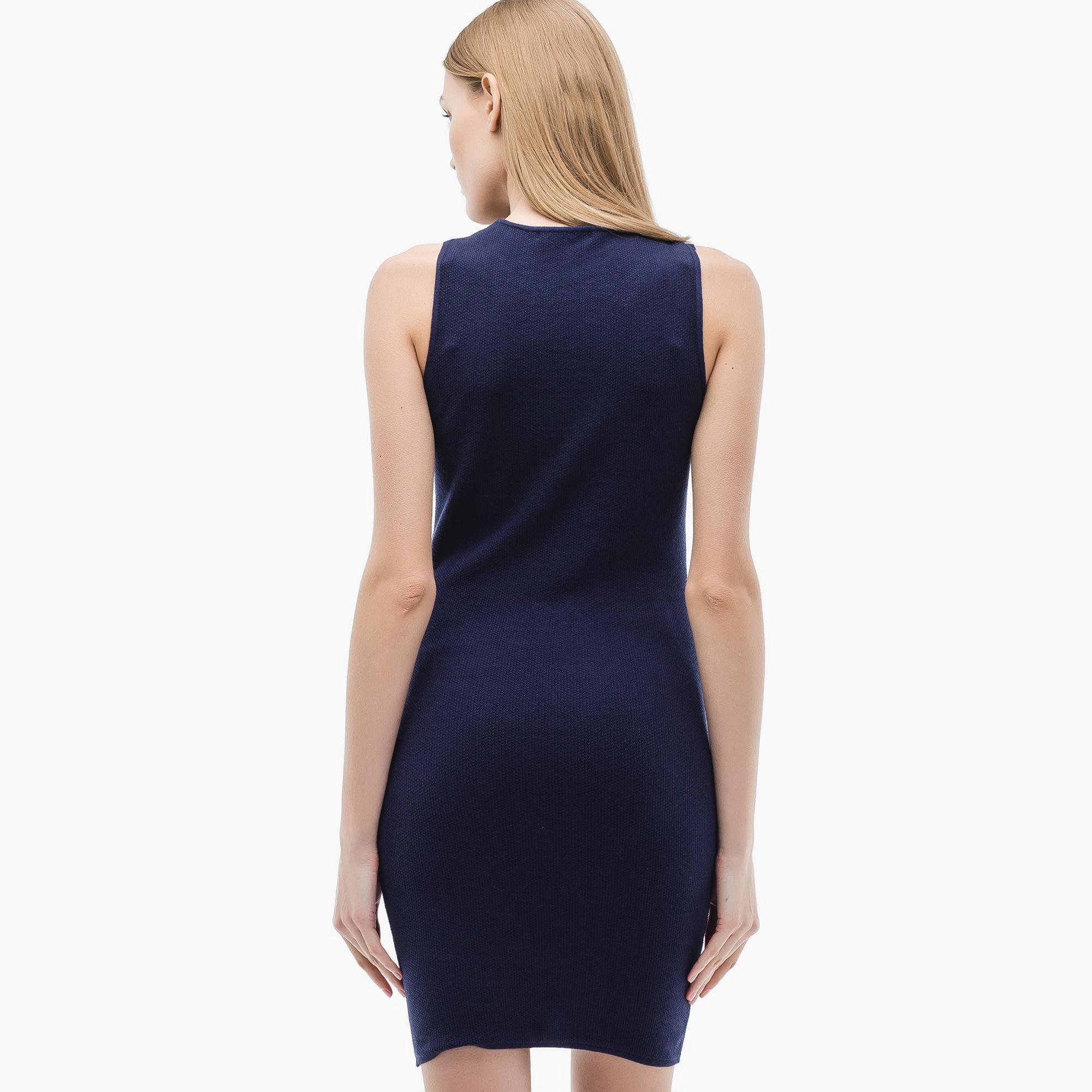 Фото 4 - Женское платье Lacoste синего цвета