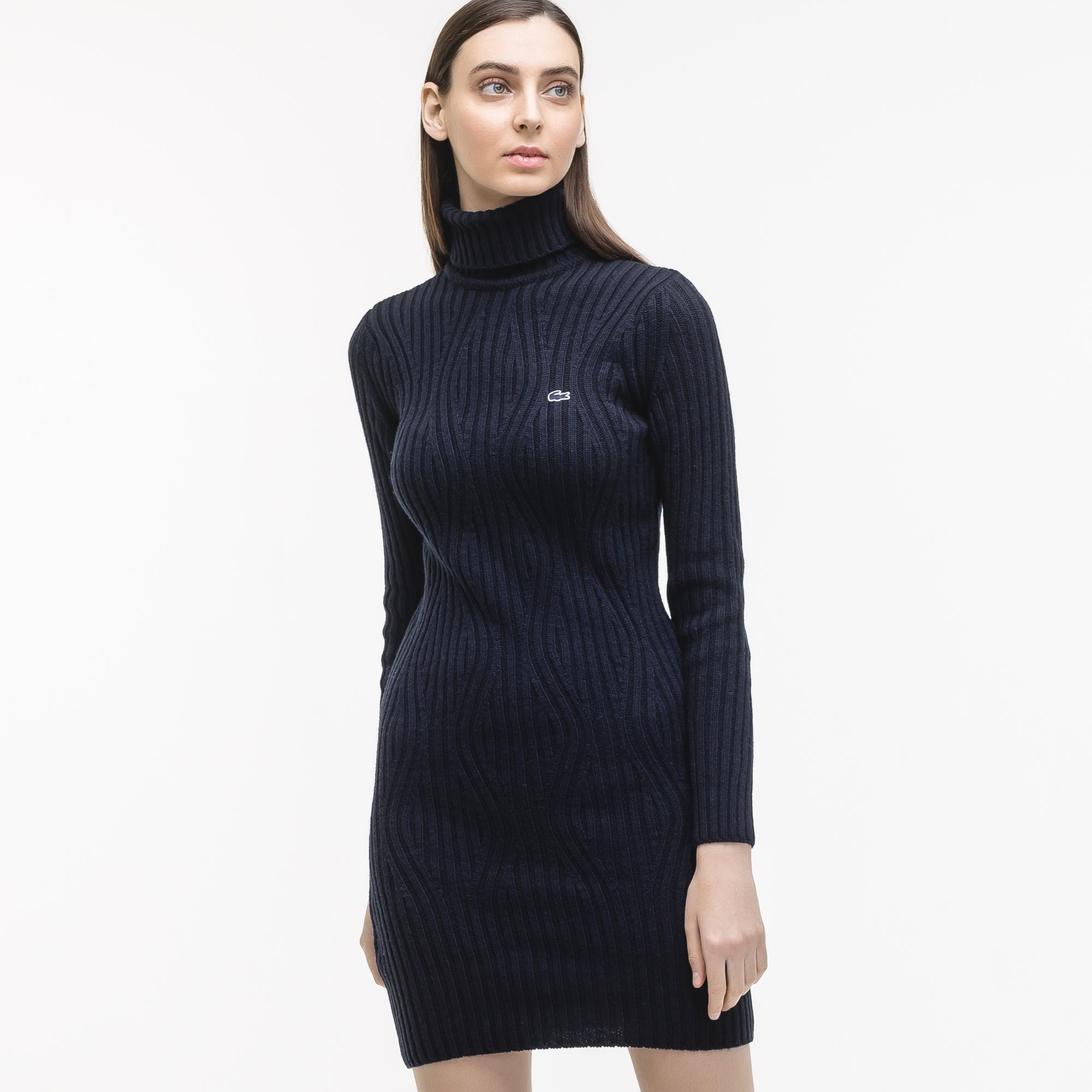 Платье LacosteПлатья и юбки<br>Детали: с высоким воротом \ Материал: 45% шерсть 30% вискоза 15% полиамид 10% кашемир \ Страна производства: Турция