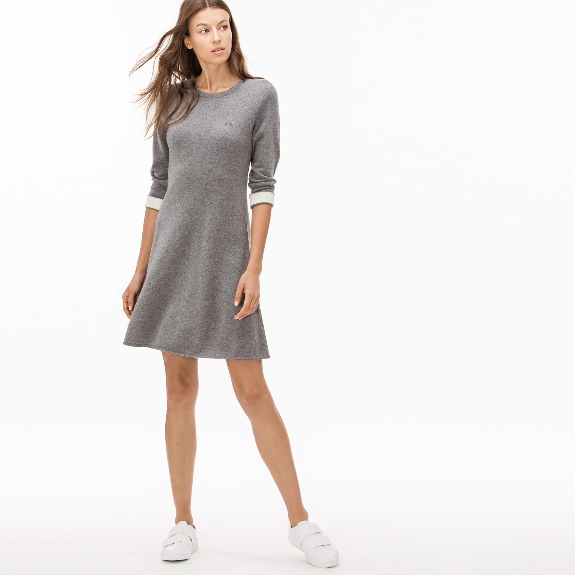 Платье LacosteПлатья и юбки<br>Детали: А-силуэт;\Из натуральной шерсти и кашемира;\Круглый ворот;\Контрастные эластичные манжеты\Материал: 90% шерсть 10% кашемир