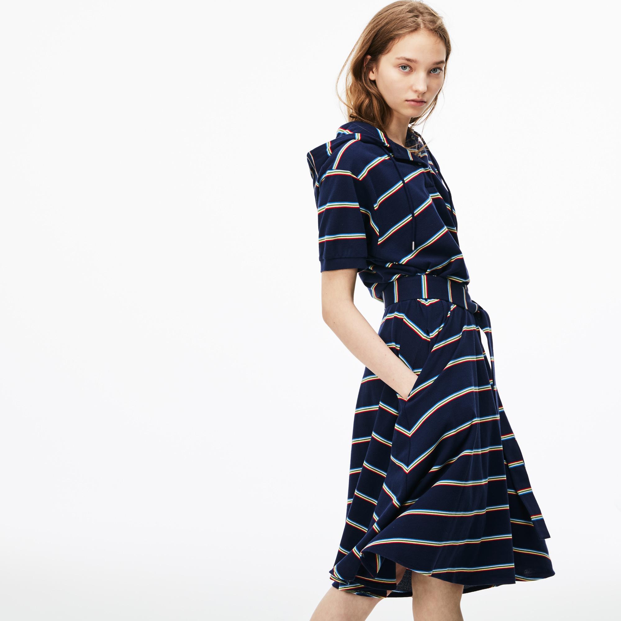 Платье LacosteПлатья и юбки<br>Детали: стильное платье с принтом и капюшоном  \ Материал: 100% хлопок \ Страна производства: Китай
