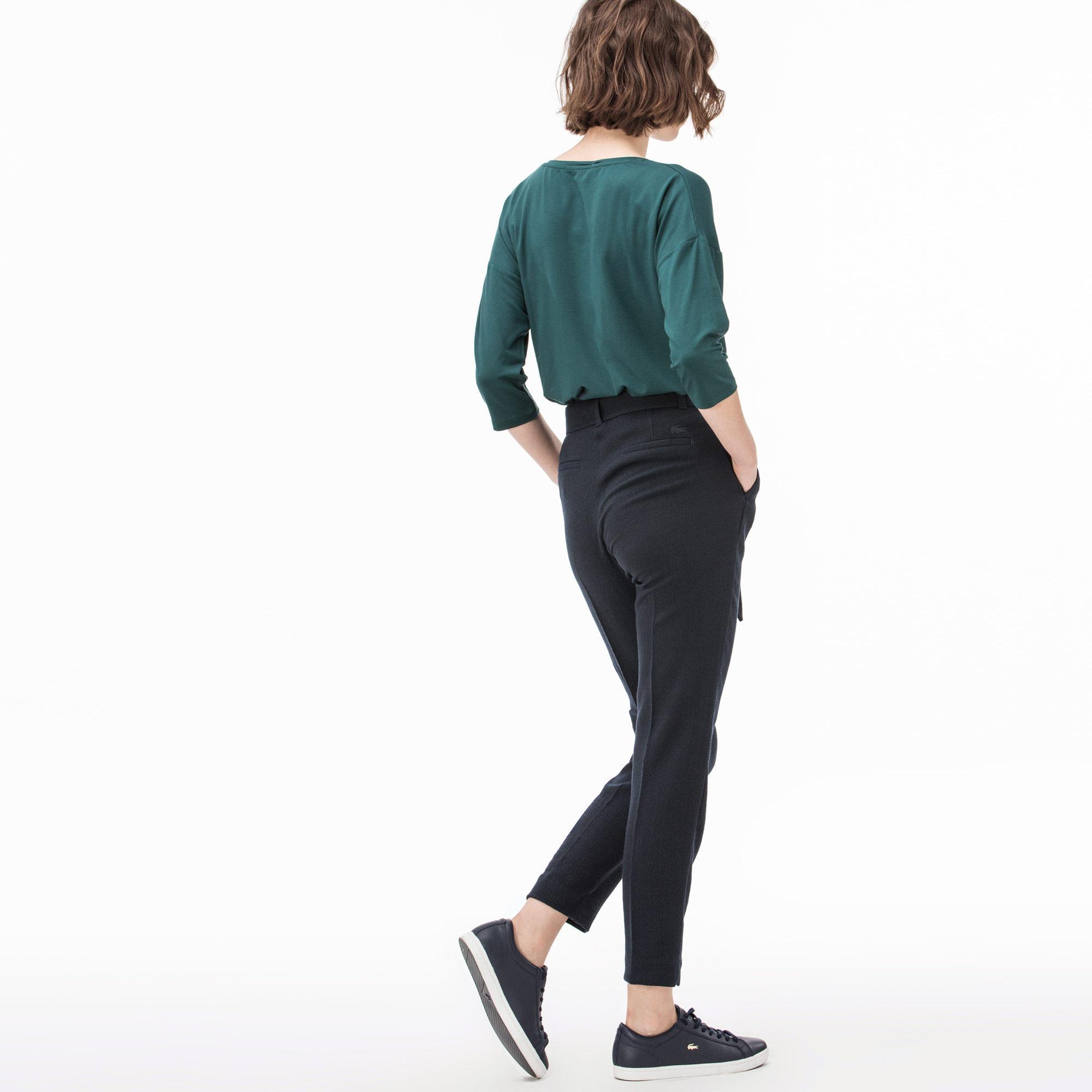 Фото 2 - Женские брюки Lacoste темно-синего цвета