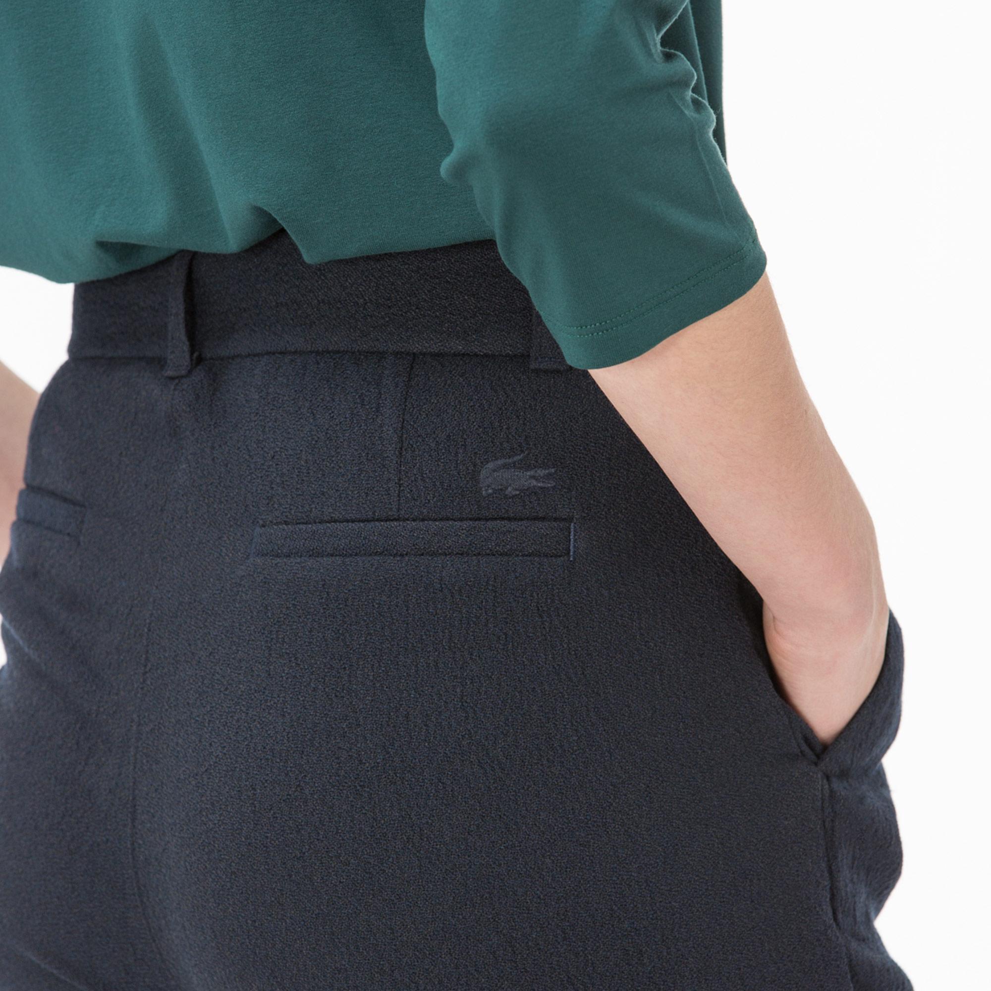 Фото 4 - Женские брюки Lacoste темно-синего цвета
