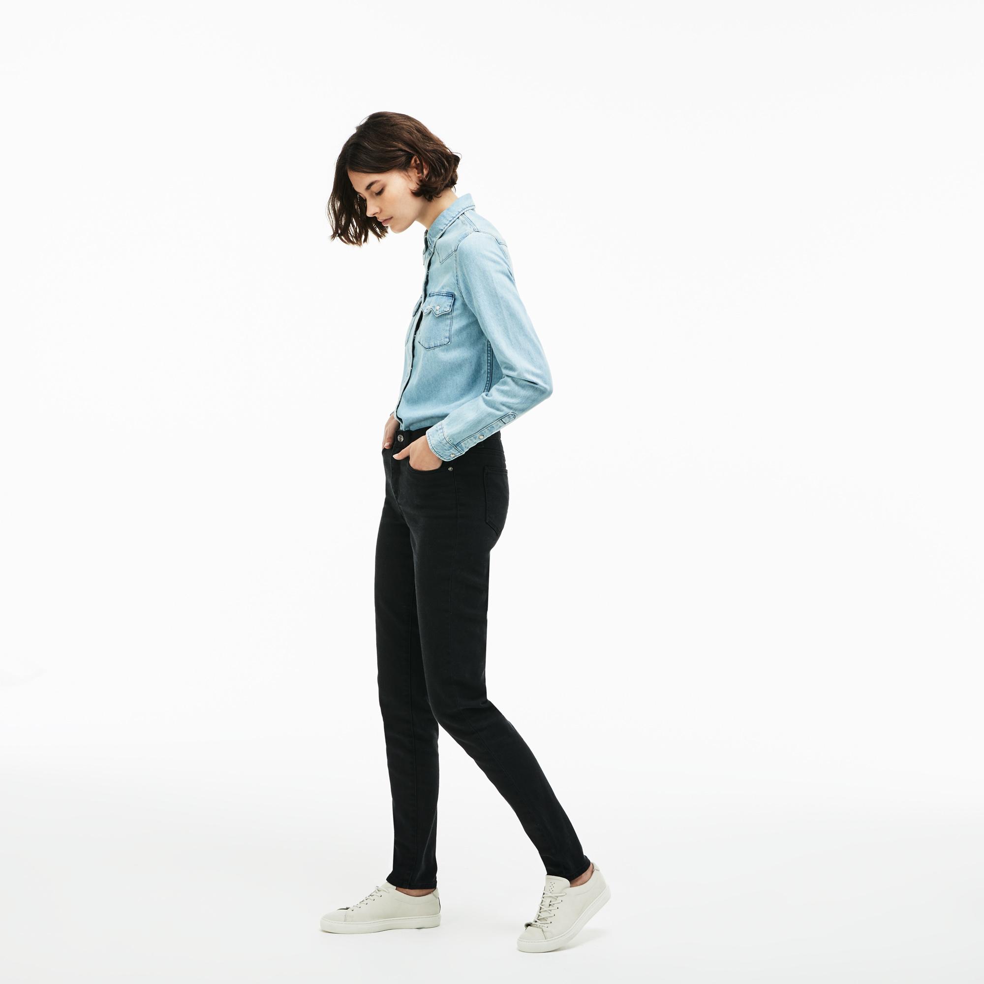 Фото 2 - Женские брюки Lacoste черного цвета