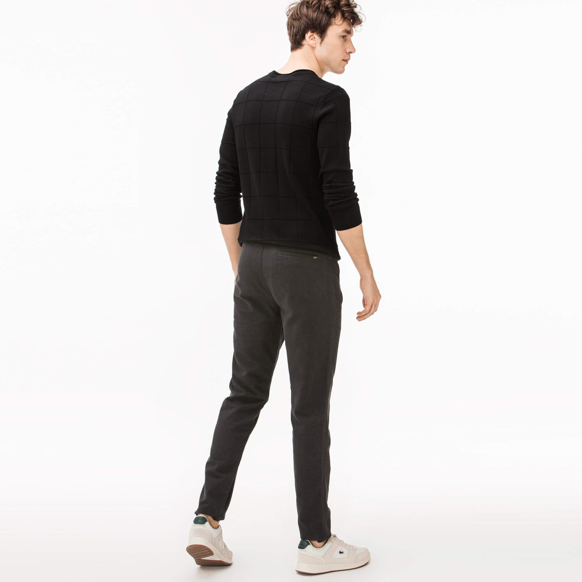 Фото 3 - Мужские брюки Lacoste серого цвета