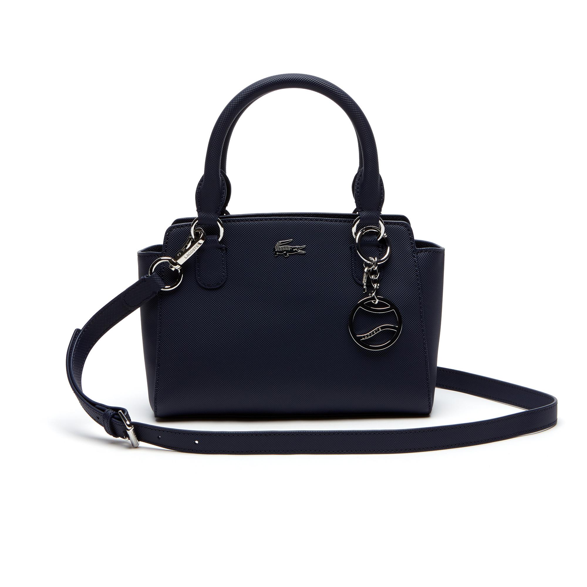 Сумка LacosteСумки и кошельки<br>Детали: женская сумка с регулируемым плечевым ремнем, с брелоком  \ Материал: 100% ПВХ \ Страна производства: Китай