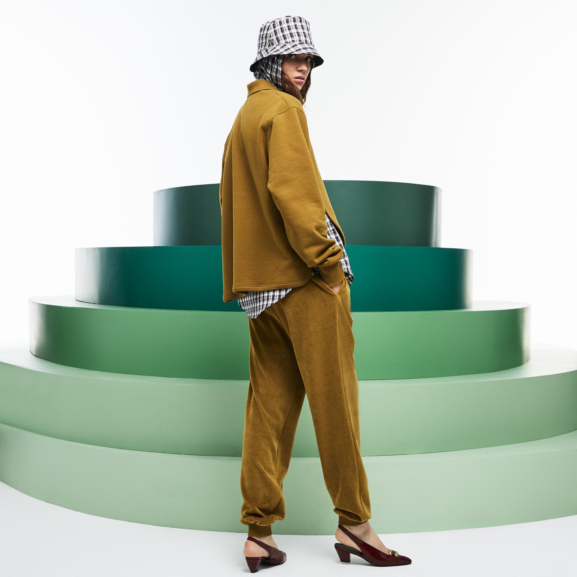 Фото 2 - Спортивные штаны Lacoste коричневого цвета
